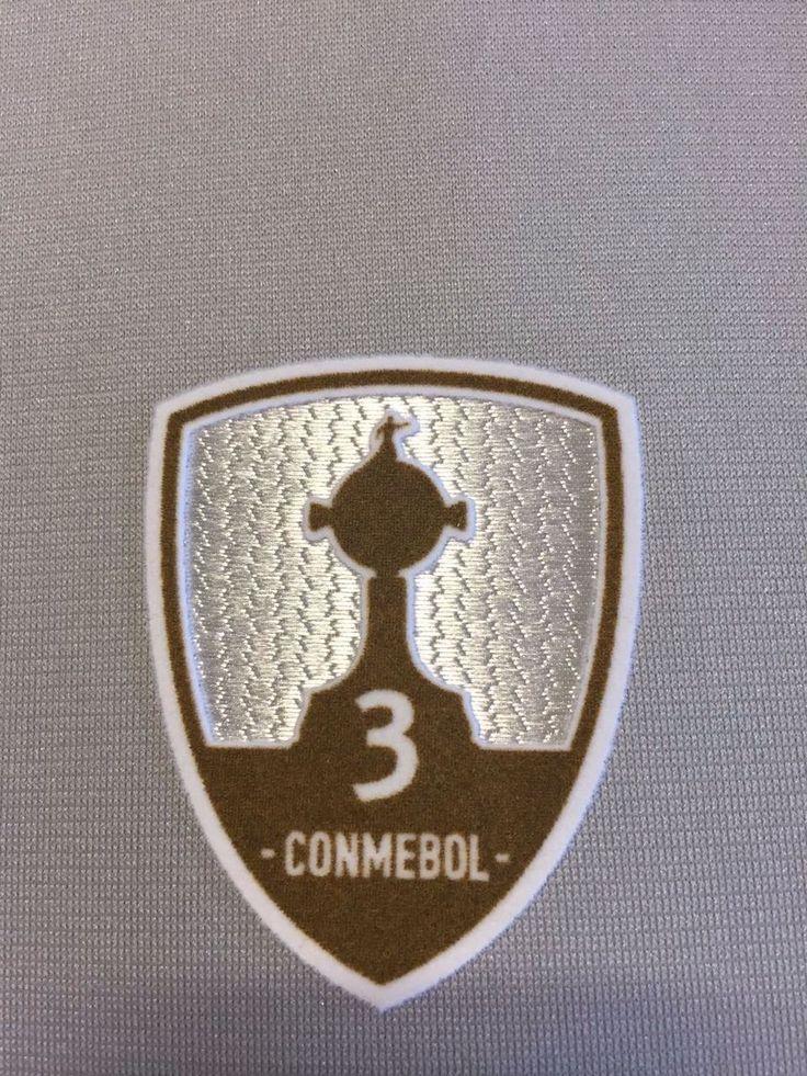 Campeões da Libertadores usarão no torneio escudo com número de títulos #globoesporte