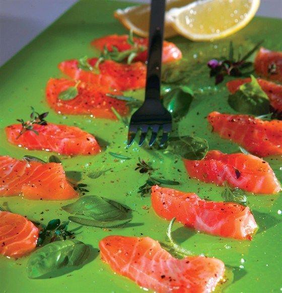 Маринованный лосось с оливковым маслом и свежими травами