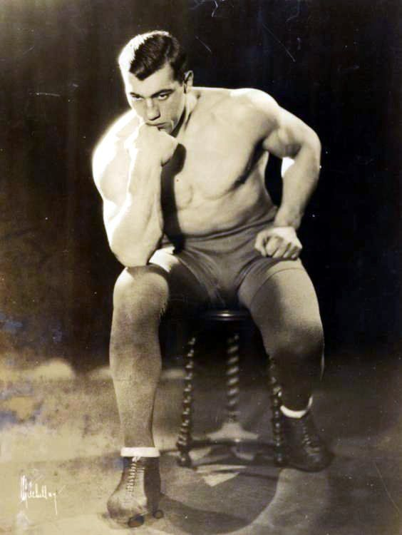 1933 - A New York Primo Carnera diventa campione mondiale dei pesi massimi, orgoglio di tutto il Paese e degli emigranti in America.