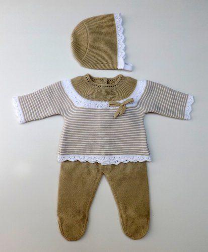 Conjunto de punto para bebe camel y blanco, compuesto de polaina, jersey y capota. 100% drálon. Fabricado en España.