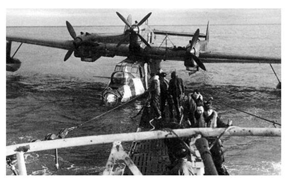 ImagenReabastecimiento de un hidroavión BV 138 en el Mar Ártico.