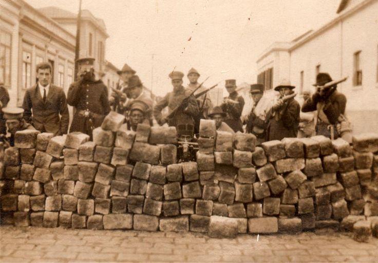 Trincheira de paralelepípedos em rua paulistana durante os intensos combates da Revolução de 1924.