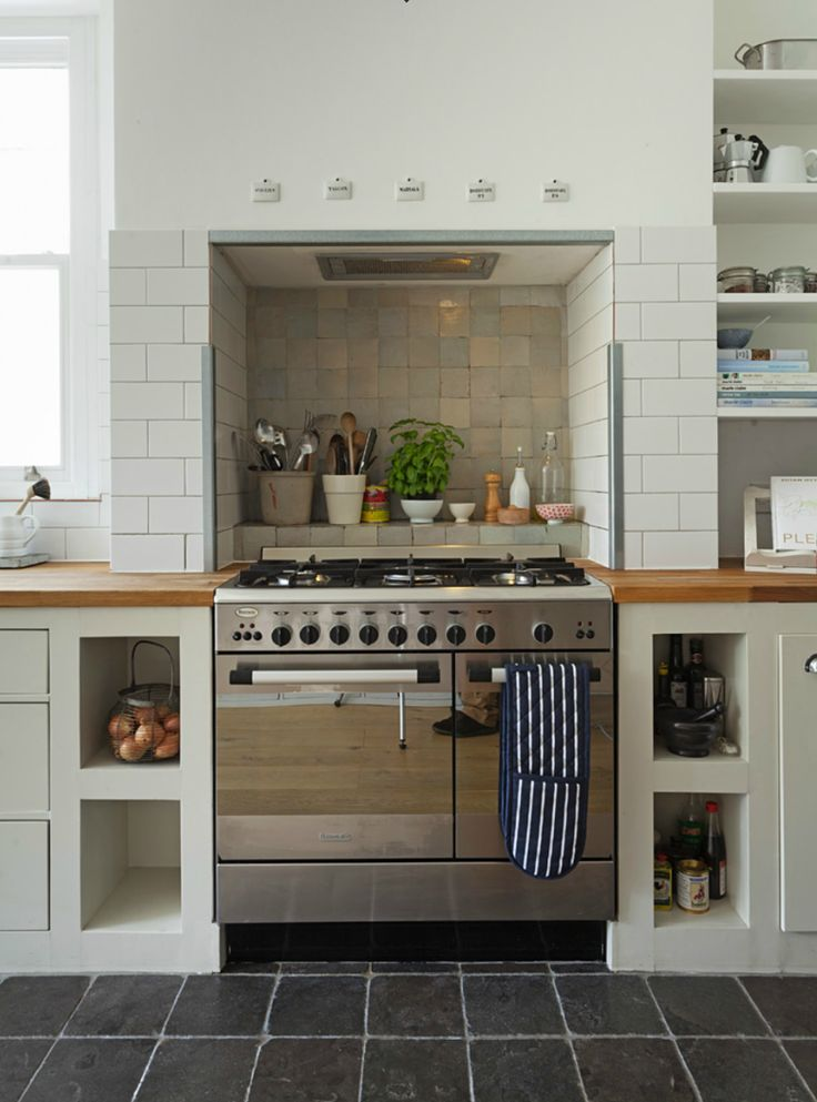 Country style kitchen with range cooker in chimney recess| Keltainen talo rannalla