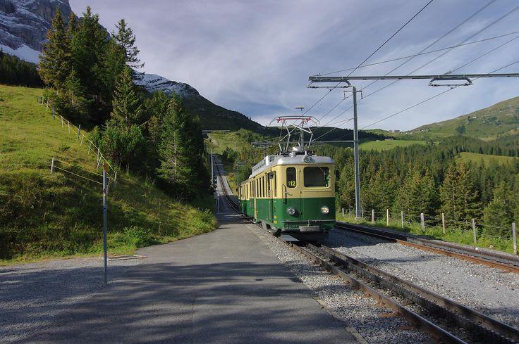 """Randonnée sous la face Nord de l'Eiger : Eigertrail depuis Alpiglen jusqu'à Eigergletscher  L'Eiger, face N (EigerNordWand en patois local). Après le Cervin, c'est sûrement la deuxième montagne la plus connue de Suisse. Hiver 2010, je découvre le film sur le drame de la cordée allemande Hinterstoisser qui tente la face N de ce """"dernier problème"""" des Alpes, ie une face invaincue. Les tentatives furent nombreuses ...  https://www.transpiree.com/randonnee/grindelwald_eiger_trail/"""