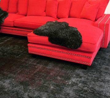 Röd Elefanten sammetssoffa med nitar. Silver, sammet, soffa, pälspläd, fårull, ullpläd, vintagematta, vintage, matta, vardagsrum, inredning, djup soffa, sammetsmöbler. http://sweef.se/sweef-lyx/407-elefanten-sammet-edition.html
