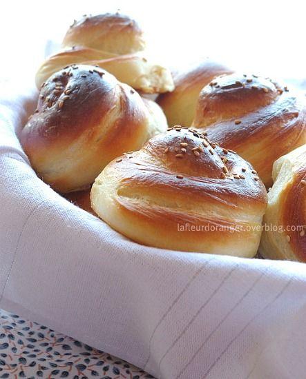 Aujourd'hui je vous propose une recette de boulange. Entre le pain et la brioche ces escargots sont idéals pour le petit déjeuner ou le gouter. Ne vous laissez pas impressionner par leur forme ils sont facile à préparer. Vous serez étonnés par leur goût...