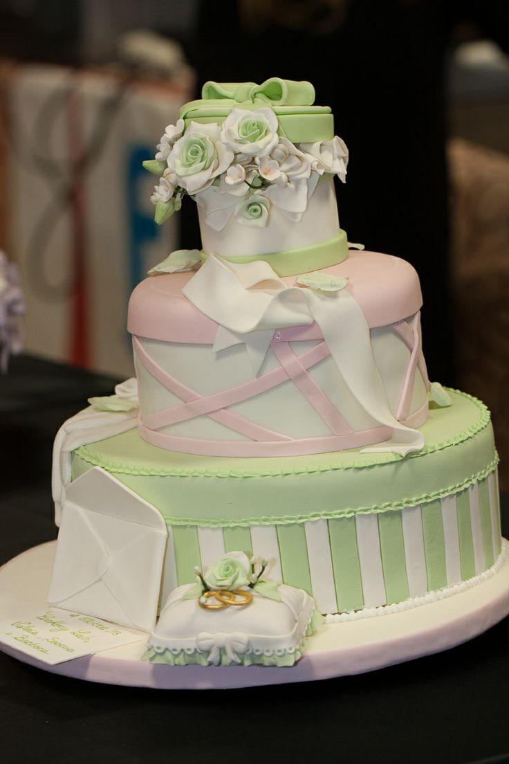 Wedding cake ricoperta e decorata in pasta di zucchero