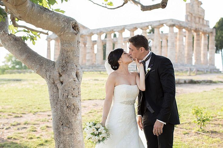 Ritratti di matrimonio a Paestum, area archeologica: rovine romane e ulivi sotto il sole del Cilento   Paestum, Archeological Site. Ruins and olive trees.