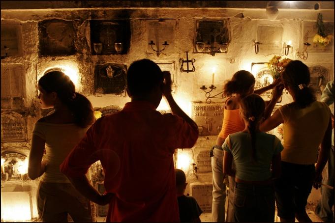 Mompox, una Semana Santa con olor a palma de vino->COLOMBIA     Emilio González / Fotos: David Estrada     /   En Colombia, en una región alejada de grandes capitales, a orilla del gran río Magdalena, se encuentra la ciudad de Mompox. Sus calles, edificios, monumentos y plazas nos recuerdan a las de muchos pueblos de Andalucía.