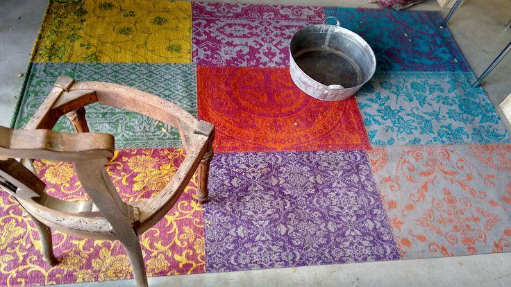 We hebben nu ook een excentriek tapijt te koop, gemaakt van verschillende lappen stof. Het ligt in de meubelstoffeerderij, dus kom gerust een keer langs!