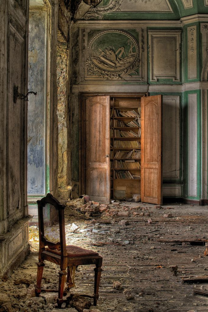 - Library II - (by mika@urbex)