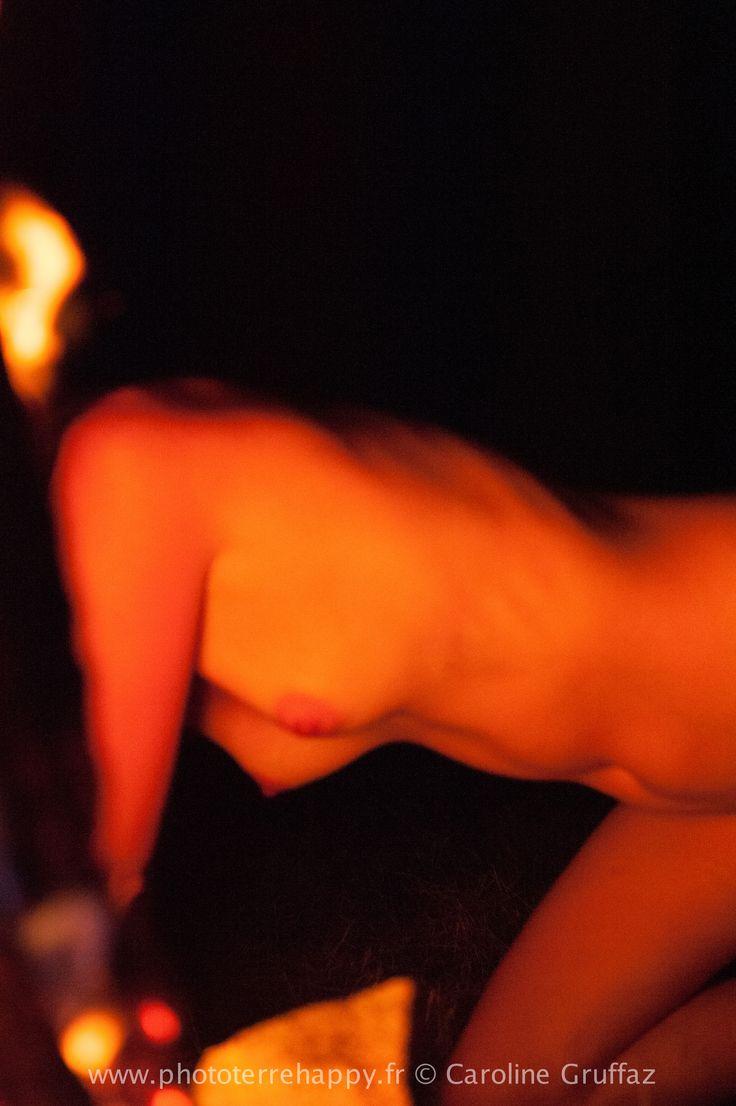 Femme flammes #femme #flammes #feu #nature #nuit #sauvage #sensorialité #lâcher prise