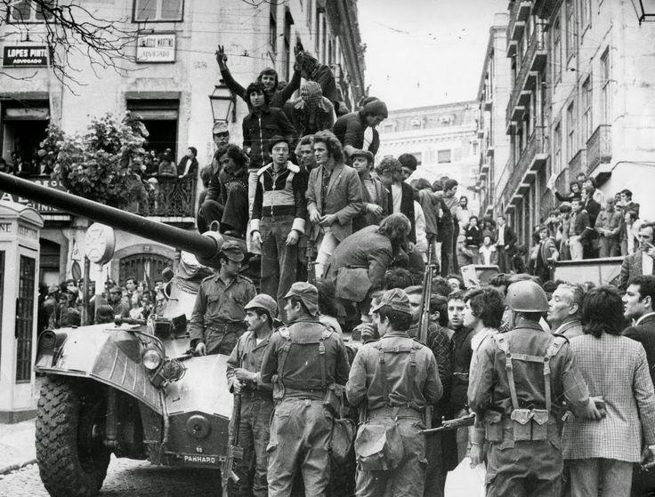 Militares e civis e tanque no Largo do Carmo em 25