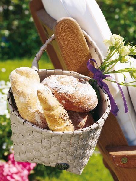 Pfiffige Tischdeko: Der Tisch ist gedeckt, doch wohin mit dem Brot? Ein Korb mit Henkel lässt sich ebenso lässig wie praktisch an eine Stuhllehne hängen.