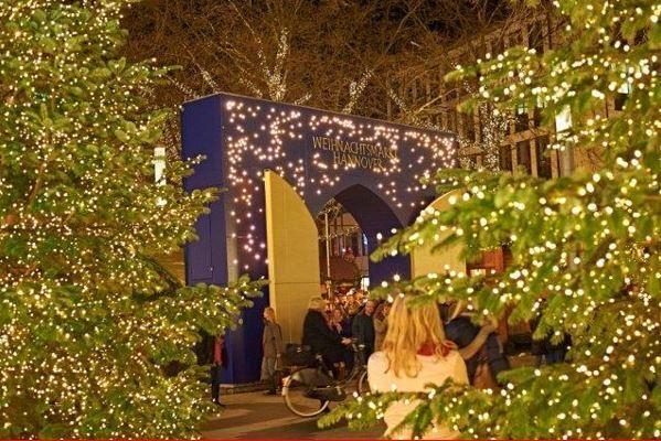 """Hohoho!   Heute ist der 1. Dezember und auch wir wollen euch eine Freude mit einem Adventskalender machen :-)     Unser Adventskalender dreht sich rund um das Thema """"Weihnachtsmarkt"""" und wir hoffen  er gefällt euch!    Eine schöne Adventszeit wünschen euch   eure Style Hannover-Macher!"""