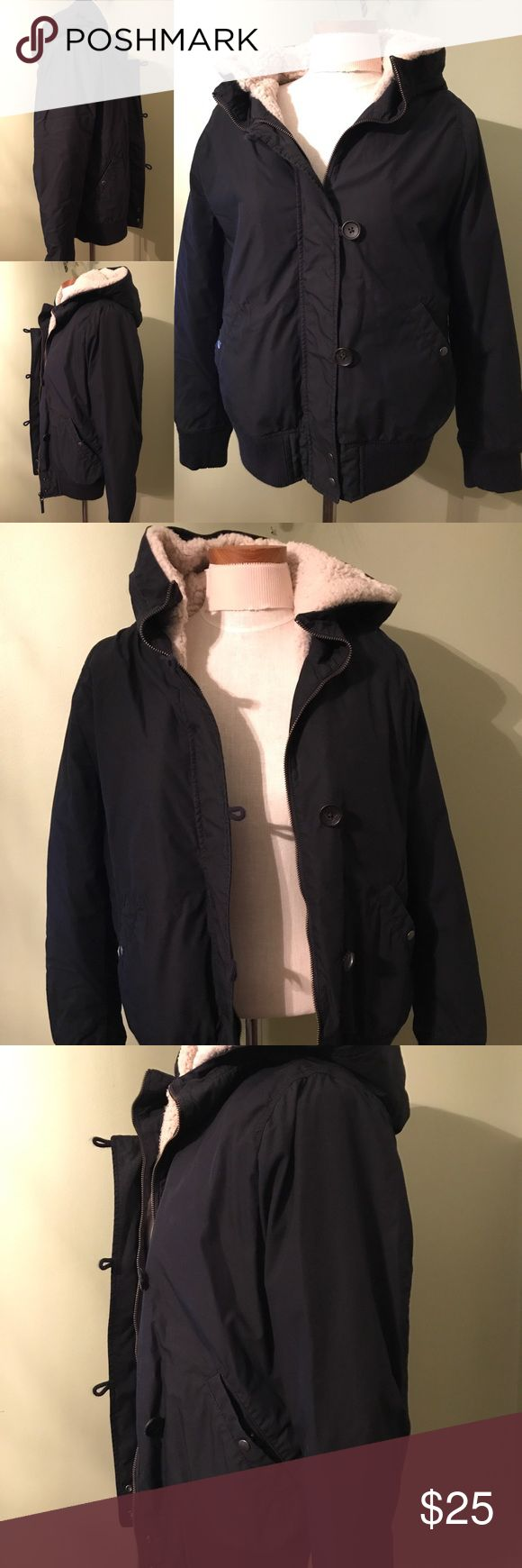 Uniqlo Coat/Jacket Large navy blue Uniqlo Coat/jacket with very warm removable lining making this jacket very versatile! Let me know if you would like to see more picture of the interior and removable lining! Barely worn! 🌟offers welcome🌟 Uniqlo Jackets & Coats