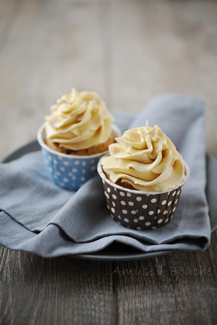 CUPCAKE NOIX DE PECAN & SIROP D'ERABLE (Pour 8 cupcakes : 200 g de farine, 1 c à c de levure, 75 g de sucre de canne, 90 g de beurre, 1 pincée de sel, 1 oeuf, 12 cl de lait, 70 g de sirop d'érable, 1 c à c de cannelle, 70 g de noix de pécan) LA MERINGUE A LA CREME (2 blancs d'oeufs, 80 g de sucre, 120 g de beurre, 3 cl d'eau, extrait de vanille, 75 g de crème d'érable) LA CREME D'ERABLE (80 g de sirop d'érable, 50 g de sucre de canne, 6 cl de crème, 40 g de beurre 1/2 sel)