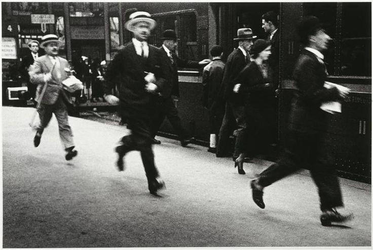 Las eternas prisas... ¡Viajeros al tren! Lucien Aigner.