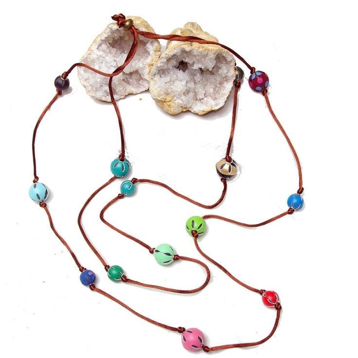 Collar cola de ratón con bolas de cuero. www.laestrellademar.es