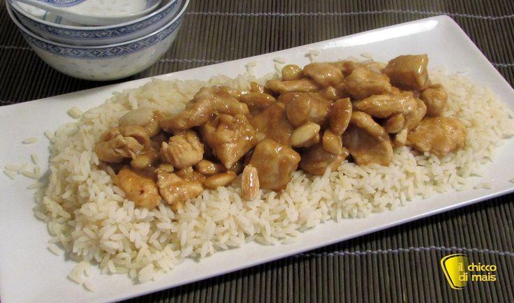 Pollo alle mandorle (ricetta cinese). Ricetta del pollo alle mandorle, il classico secondo piatto cinese (anche nella versione senza glutine)