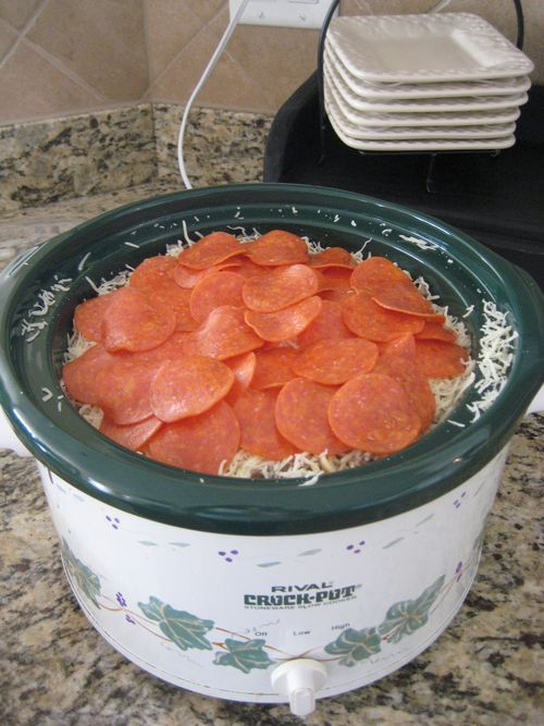 Crockpot meal for a pool day when I know that I won't want to cook later Crockpot Rigatoni Recipe ~ Easy & Yummy... jar spaghetti sauce, rigatoni, ground beef, mozzarella cheese, pepperoni slices, optional mushrooms & onions