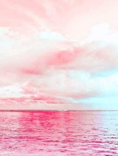 ピンクの空と海の日