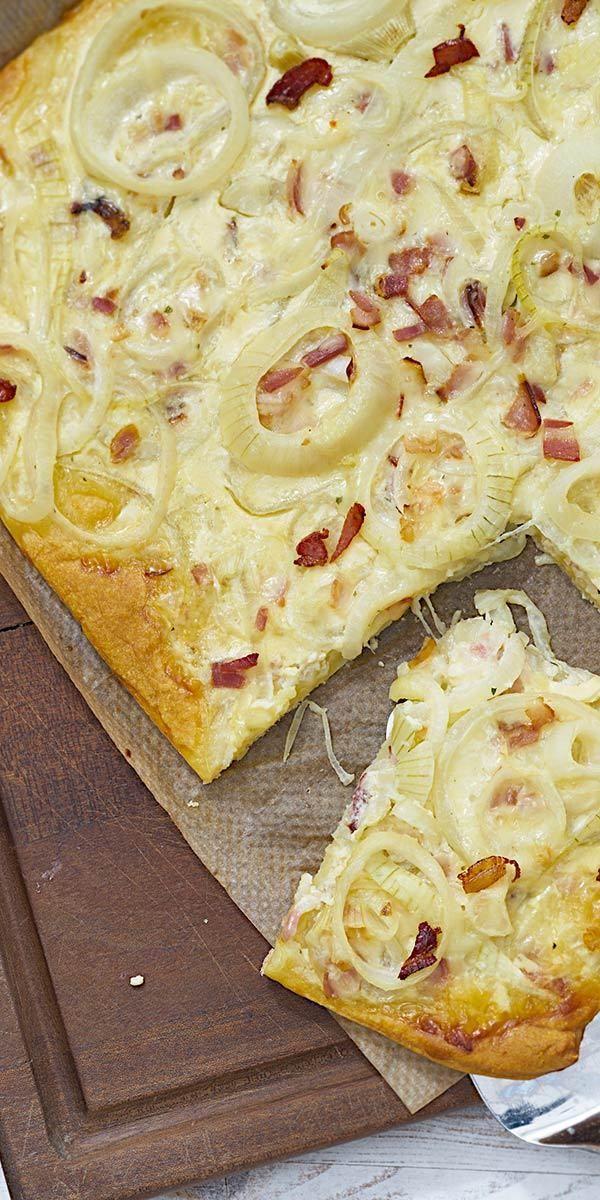Mmmhh.... wenn Zwiebelkuchen im Ofen brutzelt, macht der herrliche Duft schon Lust auf mehr. Überrasche deine Freunde doch mal mit einer spontanen Einladung zum Abendessen und diesem tollen Rezept. Wir wünschen euch guten Appetit!