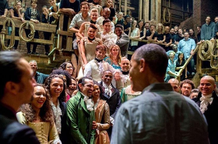 """Präsidenten-Inszenierung am Broadway: Obama begrüßt die Schauspieler des Stückes """"Hamilton"""" am Richard Rodgers Theatre. Das hochgelobte Stück handelt von Alexander Hamilton, dem ökonomischen Gründervater der USA."""