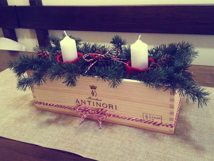 Centrotavola natalizio con abete e pigne