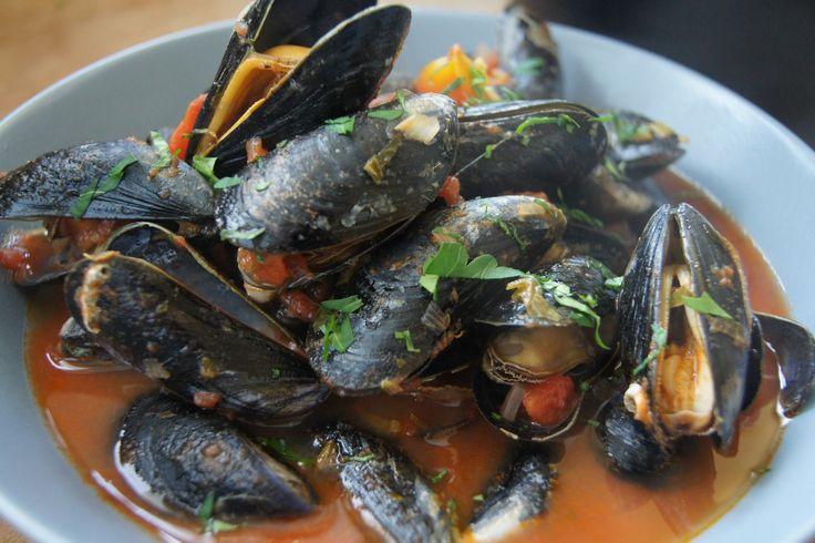 Muscheln in Tomatensoße Dieses Rezept für Muscheln ist mal was anderes, nicht immer diese klassische rheinische Art, sondern mit einer fruchtig, frischen Tomatensoße.