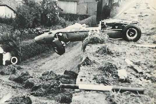 La Cooper-Maserati de Jo Bonnier en fâcheuse posture_Spa Francorchamps 1966. Personne n'a été blessé.