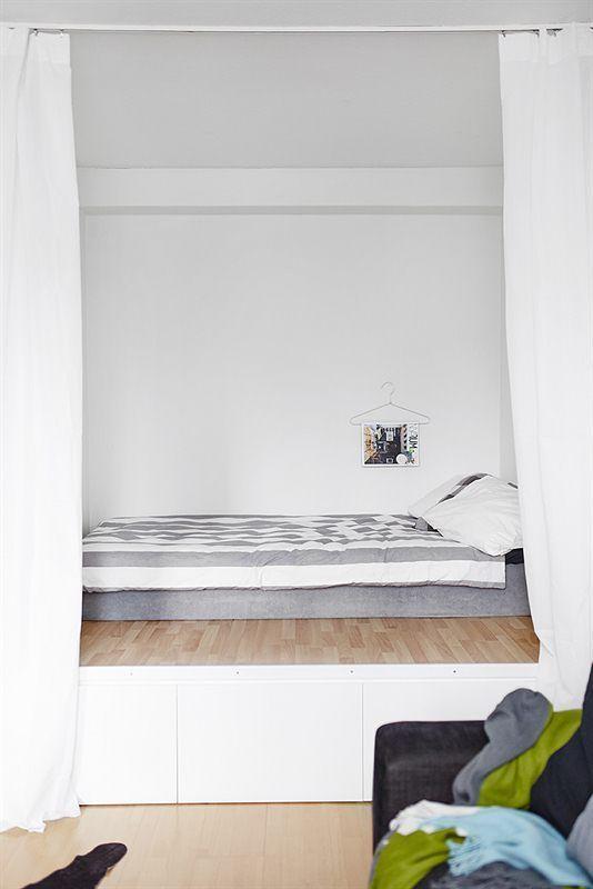 Les petites surfaces du jour : un lit sur estrade dans un studio