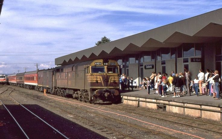 ‪Today's historic pic: The Sunday morning passenger train from Sydney hauled by 44211 arrives at Canberra, ACT, May 5 1985.‬