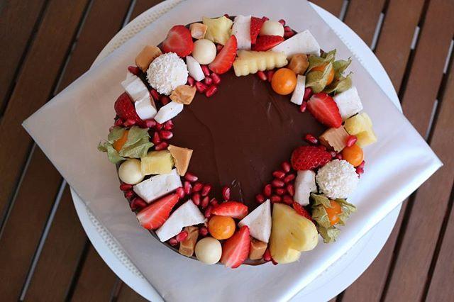 #bakingtime #baking #cake #caramel #fruits #pineapple #strawberry #coconut #physalis #pomegranate #candies #birthdaycake