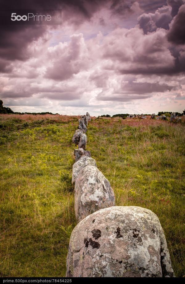 Alignement de menhirs à Carnac sous un ciel orageux. Morbihan, Bretagne.