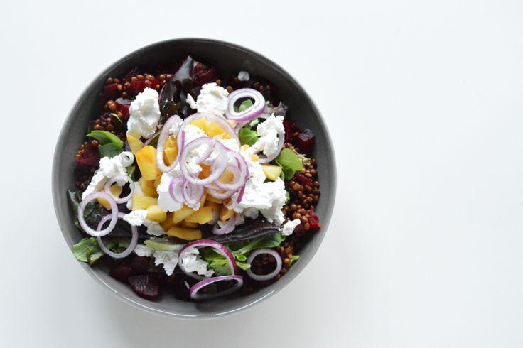 Salade met bietjes, linzen, appel en geitenkaas
