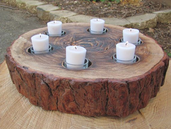 Este centro de mesa circular tiene seis velas apoyados por las tazas de vidrio. Hecho de madera, la rodaja de tronco ha sido lijada, ennegrecida con fuego y acabado con laca.  Dimensiones: Diámetro: 14 Altura: 3 en Peso: 20 libras  * Velas se incluyen ** Coste de envío varía según la ubicación