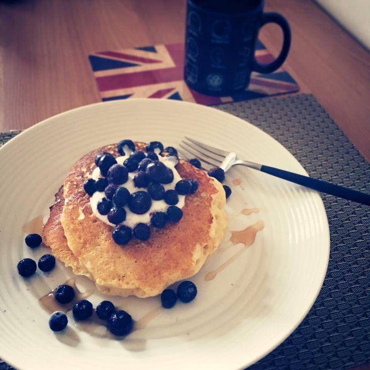 Pancakes with blueberries & yogurt topping