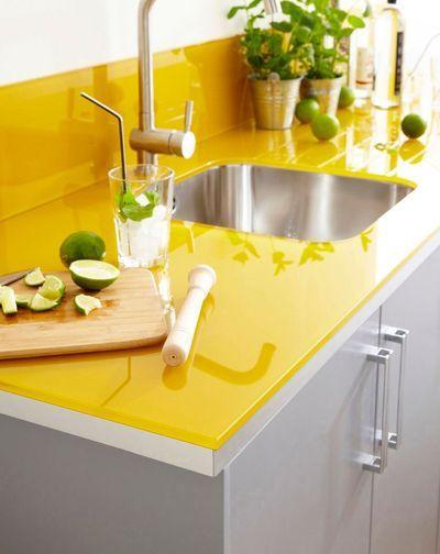 L'évier est cerclé par un plan de travail et une crédence en verre. La teinte jaune offre une vraie personnalité à cette cuisine. Leroy Merlin