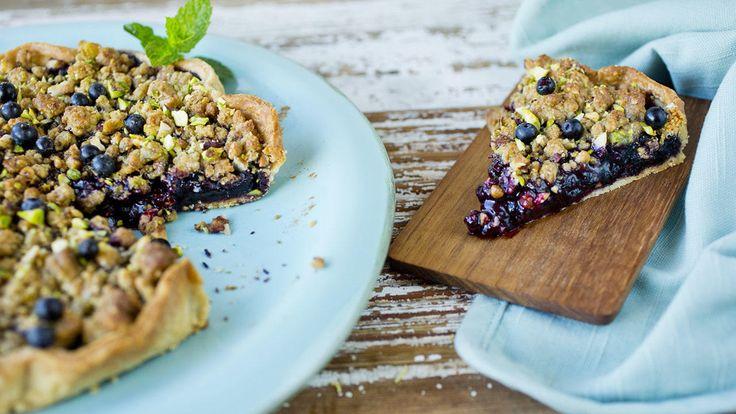 En nydelig smuldrepai med blåbær og smak av kanel. Paien er perfekt nå som de norske blåbærene er i sesong. Ekstra lekkert blir det hvis du pynter paien med litt frisk mynte ved servering.