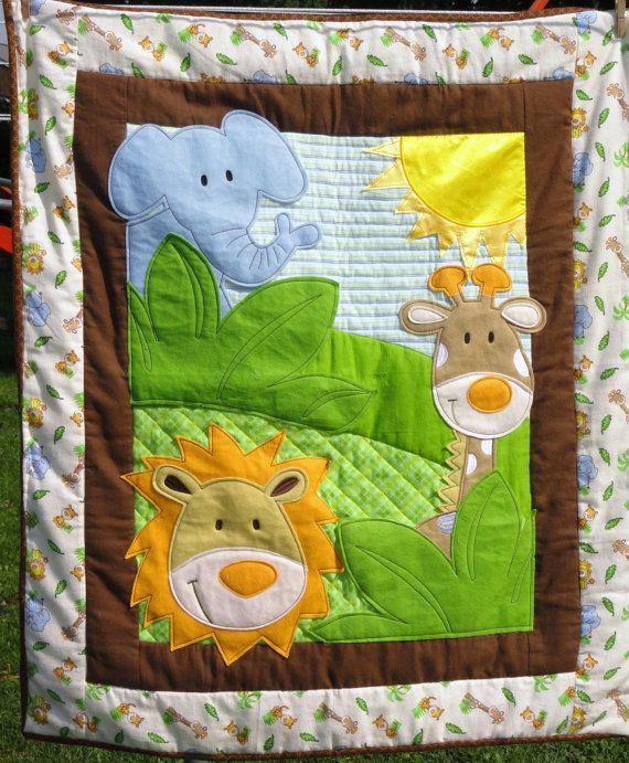Este es un tejido muy lindo, ideal para bebé barriga tiempo, manta de cuna o colgar de la pared. Las plantas de elefante, jirafa, León y selva azules están hechas de fieltro y máquina cosido sobre un fondo de varias telas de franela en azul, verde y blanco. Realmente casi un tridimensional del edredón. Un satén sol brilla para todos. La parte posterior de esta colcha es una suave franela blanca con el mismo animal selva impresión como en la parte delantera de la colcha. El edredón es 36 41 y…