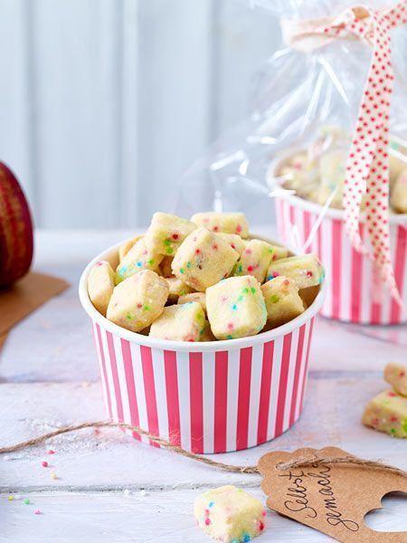 Bunte Kekswürfel mit Zuckerperlen