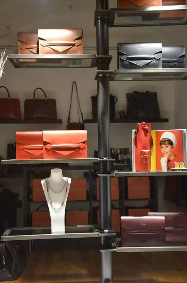 Espositore per negozio pelletteria.  - Reggio Emilia, Italia #itesoricoloniali #iron #ferro #librerie #customized #arredamenti #sumisura #design #espositori #design #vetro