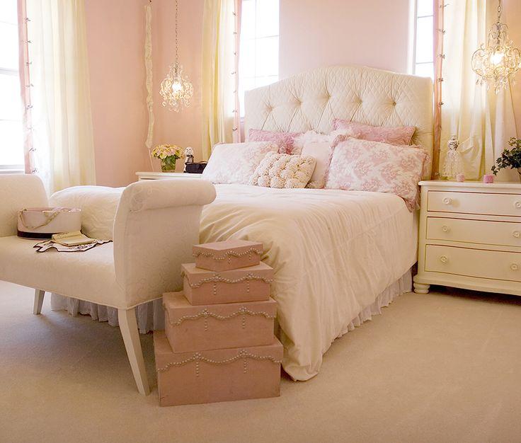 Quarto decorado com a cor rosa, cabeceira capitonê, tons suaves. Quarto delicado e romântico.