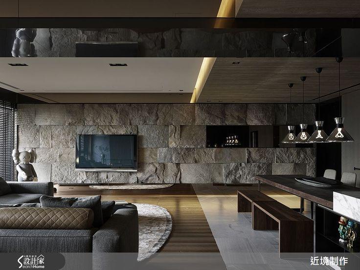 53 坪的住宅空間,設計師給予公領域開放規劃,透過線條的沉穩律動闡述視覺層次,並加入石、木、鍍鈦等材質潤色空間,搭配光影效果,傳遞空間多變的生活面向,快跟著小編一起走進來看看吧!  一走進玄關,可見牆面飾以鏡面與燈光,加入俐落的線條妝點,凸顯簡約生活哲學;客廳融入純淨的木色與陽剛的石色,配合造型簡潔的家具,互補搭配出自然穩定的氛圍,並在沙發後方牆面鋪陳律動的線性表情,平衡整體空間重量;餐廳、客廳之間則相互連貫,透過天花與地坪的材質轉換,無形中界定彼此範圍,且沿著居家廊道立面作出展示櫃設計,融入燈光效果,在明暗交錯之間映照出視覺趣味性;臥房突破了傳統的硬體牆界定形式,挹注流暢流動的動線設定,並經由窗戶導入斑駁光影,塑造輕盈美好的休憩時光;更衣間選用黑色系為基底,加入層板作出堆疊線條,並給予燈光投射,創造出帶有個性魅力的空間特質!  小編的最愛 衛浴延續石色與木色的色彩底調,搭配鏡面與反光材質妝點,瞬間提升空間質感,且融入直角與圓弧語彙,使空間立體不失溫婉!