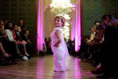 純白ドレスで登場低身長モデルのファッションショー 仏パリ