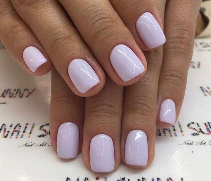 Kurze, natürliche quadratische Nägel, bedeckt mit einem dekadenten, undurchsichtigen Lavendel-Nagellack – Fingernägel