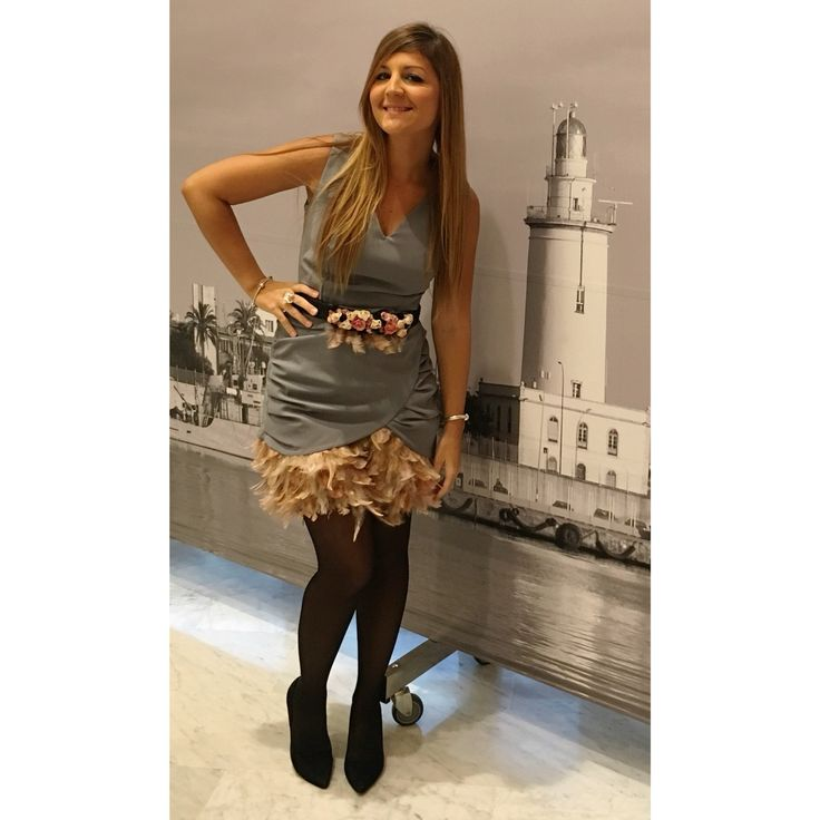 Vestido Gris con Plumas Rosa Cuarzo. Navidad. Invitada Perfecta. Visita mi página https://m.facebook.com/Diseños-Jess-Cómitre-161266124038160/