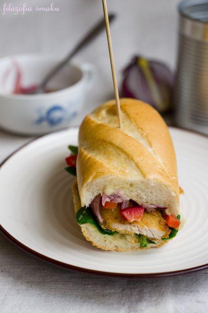Sandwich z kurczakiem i marynowaną cebulą