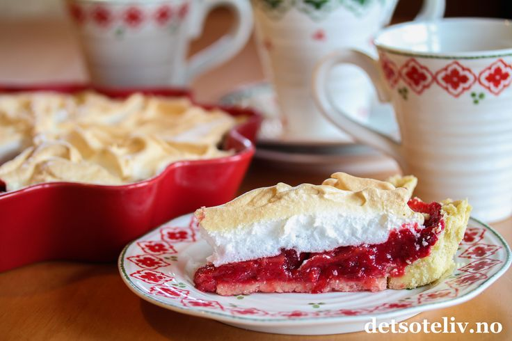 """Hei! I dag vil jeg vise dere en nydelig, amerikansk kake. """"Cranberries"""" er røde tranebær, som brukes mye i USA. INorge kjenner vi kanskje aller best tørkede tranebær, men også ferske tranebærfinnes i mange norske matbutikker på denne tiden av året. Jeg kjøpte med meg en stor pose og lagde en herlig pai med tranebærfyll og luftig, hvit marengs på toppen. Marengsen passer godt siden tranebærene er litt syrlige i seg selv. Kaken får nydelig farge og har nydelig smak!"""